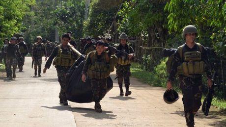 Giai cuu 6 thuyen vien Viet Nam nghi bi phien quan bat coc o Philippines - Anh 1