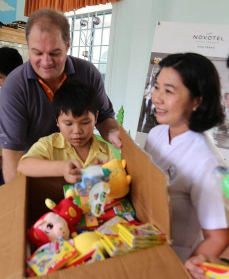 Khach san Novotel Nha Trang: To chuc hoat dong thien nguyen ho tro tre em khuyet tat - Anh 5