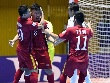 Doi tuyen Futsal Viet Nam va HLV Hoang Anh Tuan - Anh 1