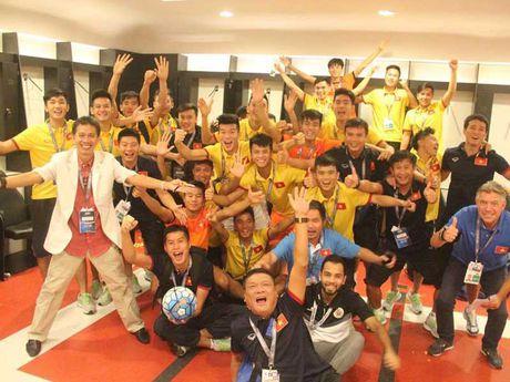 Doi tuyen Futsal Viet Nam va HLV Hoang Anh Tuan - Anh 2