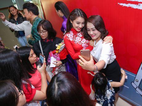Nha Phuong cham soc Truong Giang trong hau truong live show - Anh 13