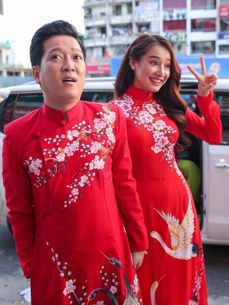 Nha Phuong cham soc Truong Giang trong hau truong live show - Anh 1