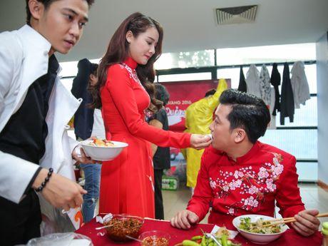 Nha Phuong cham soc Truong Giang trong hau truong live show - Anh 6