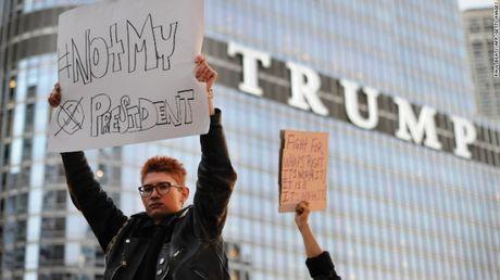 Nguoi bieu tinh muon tan Tong thong Trump 'xay cau chu khong xay tuong' - Anh 4