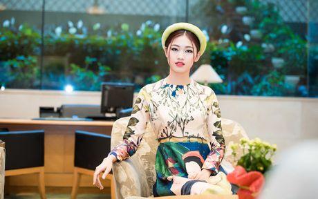 A hau Thanh Tu khoe ve dep co dien voi ao dai cach tan - Anh 6
