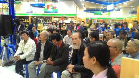 Nha tho Nguyen Quang Thieu ra mat sach moi - Anh 3