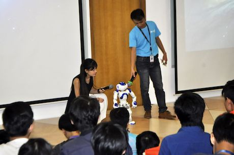 Mat thay tai nghe robot NAO noi tieng Viet, nhay Gangnam Style - Anh 1