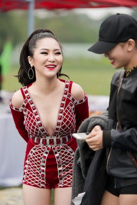 Huong Tram dien vay sieu ngan khien fan dung ngoi khong yen - Anh 12