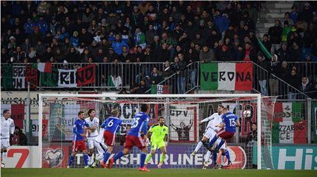 Lien tuc no sung trong hiep 1, Italia thi uy truoc Liechtenstein - Anh 2
