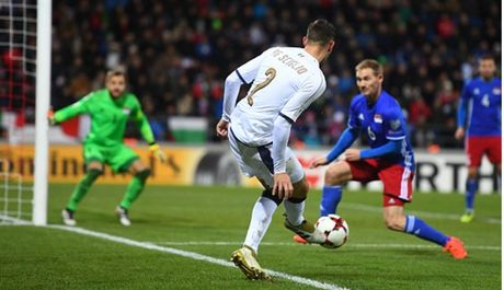 Lien tuc no sung trong hiep 1, Italia thi uy truoc Liechtenstein - Anh 3
