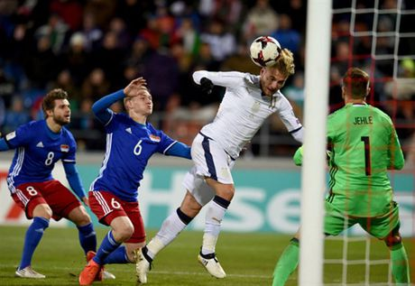 Lien tuc no sung trong hiep 1, Italia thi uy truoc Liechtenstein - Anh 6