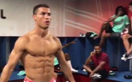 Chay theo trao luu, Ronaldo duoc dip khoe bung 6 mui - Anh 1