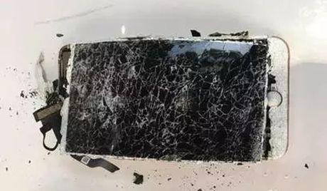 iPhone 7 Plus phat no khi vo tinh bi roi xuong dat - Anh 1