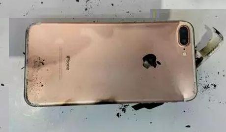 iPhone 7 Plus phat no khi vo tinh bi roi xuong dat - Anh 3