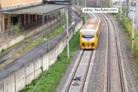 """Lieu mang nam tren duong ray xe lua de """"cau like"""" - Anh 1"""