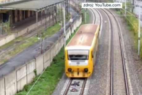 """Lieu mang nam tren duong ray xe lua de """"cau like"""" - Anh 2"""