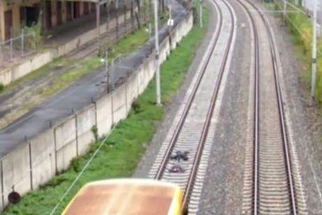 """Lieu mang nam tren duong ray xe lua de """"cau like"""" - Anh 3"""