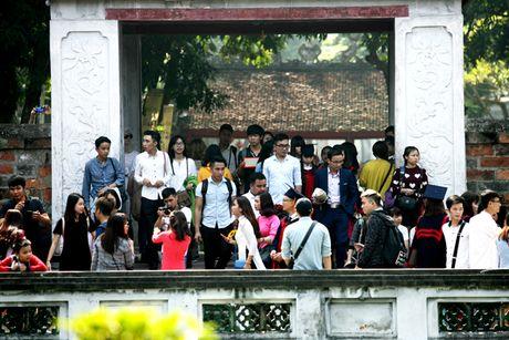 Ha Noi: Van Mieu chat cung sinh vien chup ky yeu ngay cuoi tuan - Anh 3