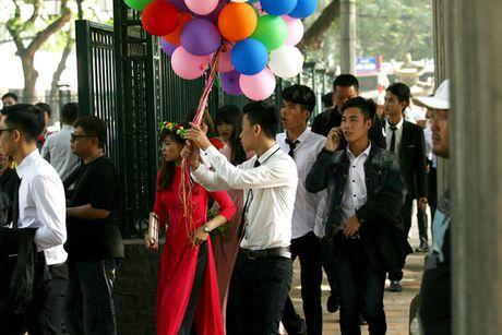 Ha Noi: Van Mieu chat cung sinh vien chup ky yeu ngay cuoi tuan - Anh 4