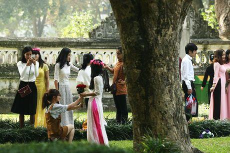 Ha Noi: Van Mieu chat cung sinh vien chup ky yeu ngay cuoi tuan - Anh 8