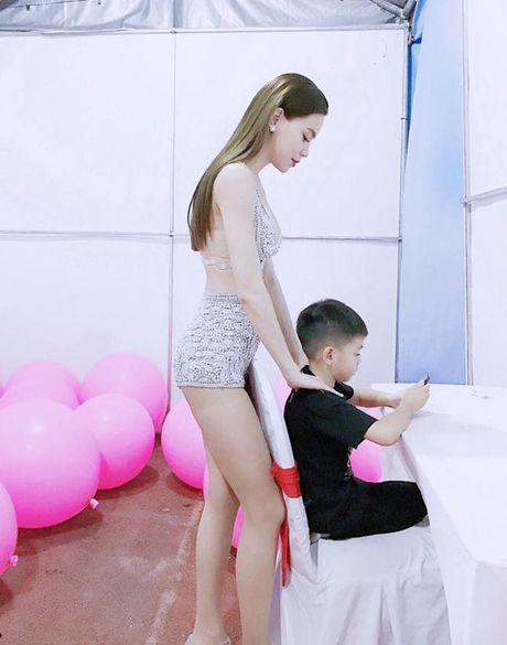 Sao Viet 13/11: Ha Ho bop vai cho con, Toc Tien lam toc giong... cun - Anh 10