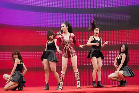 Huong Tram dien vay ngan, sexy het co lam khan gia dung ngoi khong yen - Anh 10