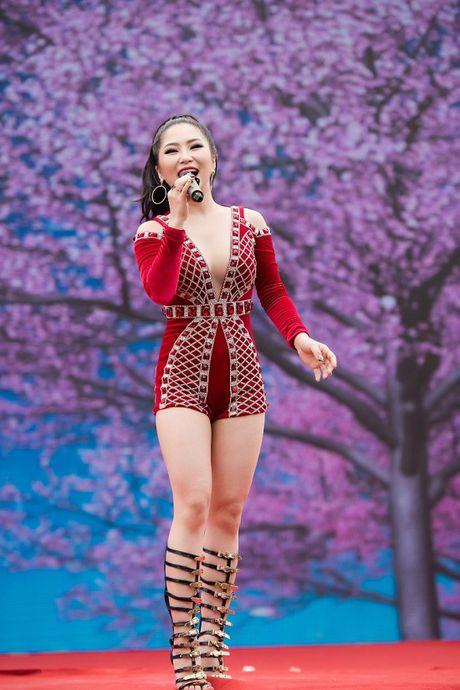 Huong Tram dien vay ngan, sexy het co lam khan gia dung ngoi khong yen - Anh 3