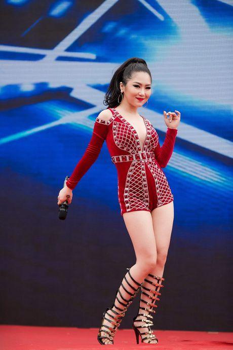 Huong Tram dien vay ngan, sexy het co lam khan gia dung ngoi khong yen - Anh 8