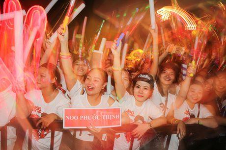 Noo Phuoc Thinh hanh phuc khi co 35.000 khan gia den xem liveshow - Anh 10