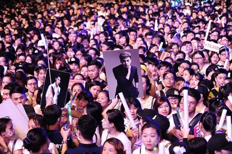 Noo Phuoc Thinh hanh phuc khi co 35.000 khan gia den xem liveshow - Anh 2