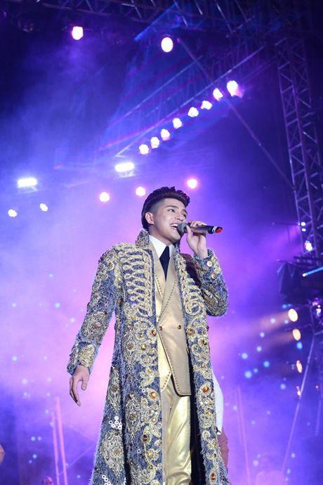 Noo Phuoc Thinh hanh phuc khi co 35.000 khan gia den xem liveshow - Anh 9