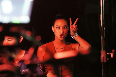 Mai Ngo ket hop cung Phi Phuong Anh xoa tin don hiem khich - Anh 2