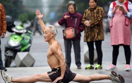 Cu ong 72 tuoi van coi tran tap the duc giua mua dong - Anh 2