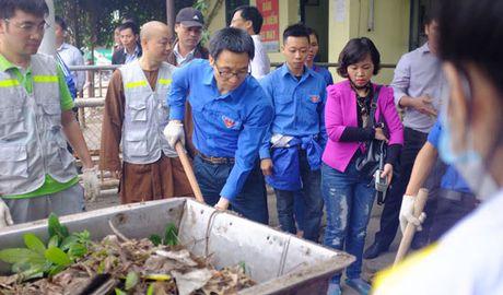Pho Thu tuong Vu Duc Dam cung sinh vien don rac - Anh 2