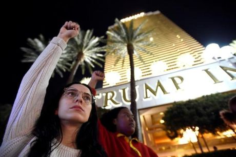 Bieu tinh phan doi Trump ngay thu 5 tren khap nuoc My - Anh 13