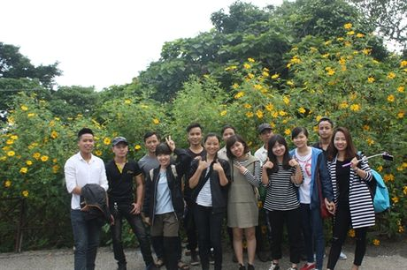 Gioi tre Ha Thanh dua nhau len Ba Vi ngam hoa Da Quy no ro - Anh 1