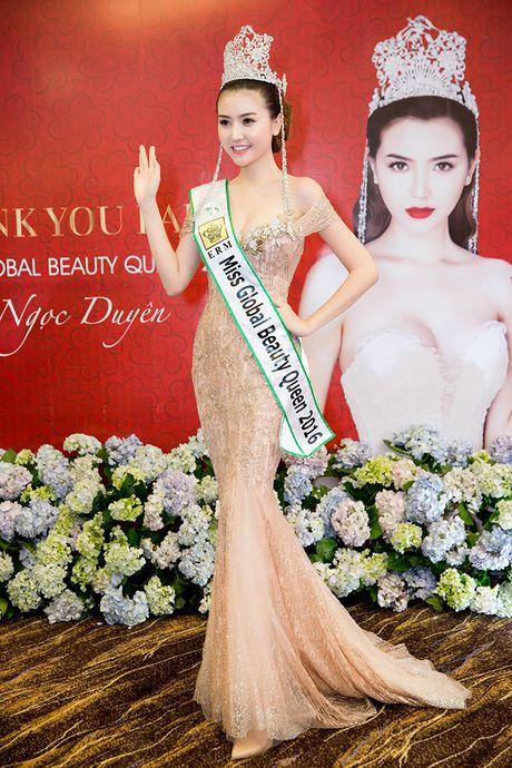 Vo Hoang Yen, Ngoc Tinh den chuc mung Hoa hau Ngoc Duyen sau dang quang - Anh 1
