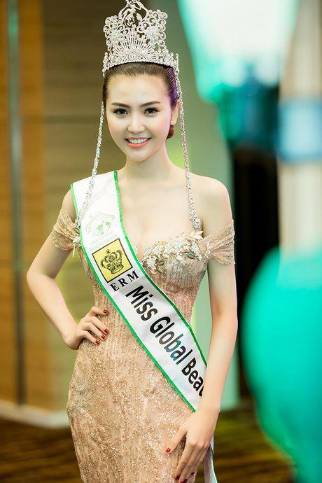 Vo Hoang Yen, Ngoc Tinh den chuc mung Hoa hau Ngoc Duyen sau dang quang - Anh 2