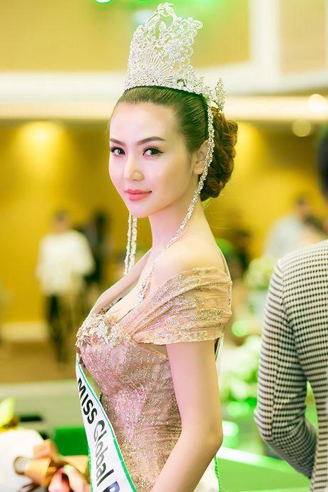 Vo Hoang Yen, Ngoc Tinh den chuc mung Hoa hau Ngoc Duyen sau dang quang - Anh 3