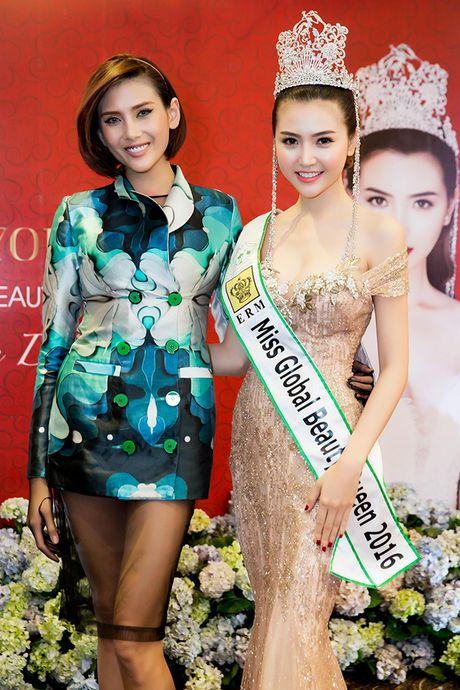 Vo Hoang Yen, Ngoc Tinh den chuc mung Hoa hau Ngoc Duyen sau dang quang - Anh 4