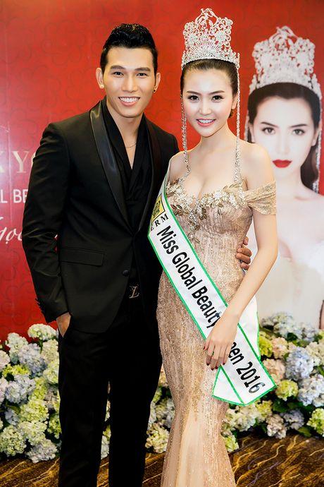 Vo Hoang Yen, Ngoc Tinh den chuc mung Hoa hau Ngoc Duyen sau dang quang - Anh 5