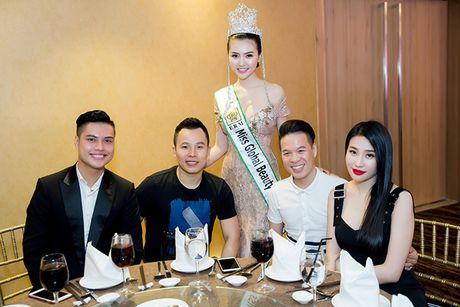 Vo Hoang Yen, Ngoc Tinh den chuc mung Hoa hau Ngoc Duyen sau dang quang - Anh 6
