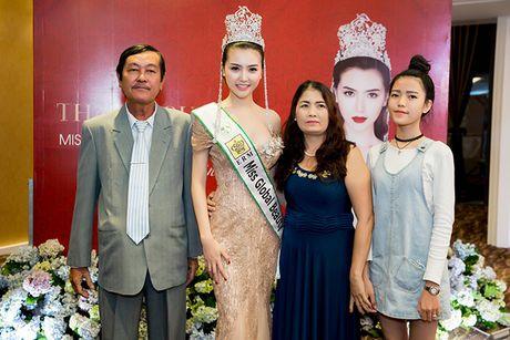 Vo Hoang Yen, Ngoc Tinh den chuc mung Hoa hau Ngoc Duyen sau dang quang - Anh 7