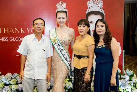 Vo Hoang Yen, Ngoc Tinh den chuc mung Hoa hau Ngoc Duyen sau dang quang - Anh 8