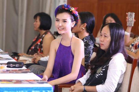 Hoa hau Ngoc Duyen dien ao yem di su kien - Anh 1