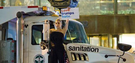 Lady Gaga cung dan nghe si tham gia phan doi Donald Trump lam tong thong - Anh 3