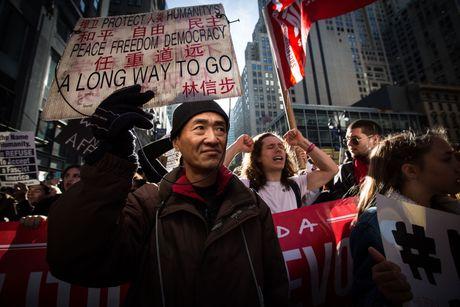 Hon 100.000 nguoi bieu tinh chong Trump tai New York - Anh 9