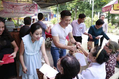 Bau 8 thang, MC Hong Phuong van cung chong di tu thien - Anh 1