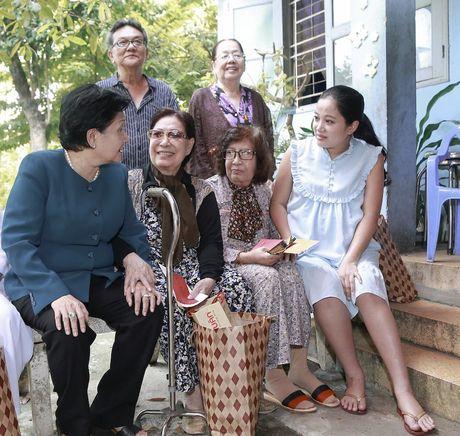 Bau 8 thang, MC Hong Phuong van cung chong di tu thien - Anh 2