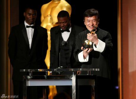 Thanh Long tu hao khi nhan giai Oscar sau nhieu lan tai nan - Anh 1